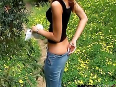 College teen bombshell shitting outdoor